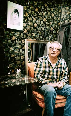 mike watt downstairs in the back room at 'king georg' in cologne, germany on october 28, 2016. photo by martin styblo